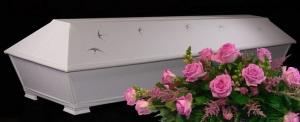 Käsin maalattu pellava-arkku Pääskyt vaaleanpunaisen ruusu-arkkulaitteen kanssa.